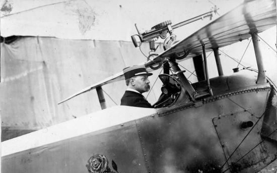 le commandant De Rose dans son avion