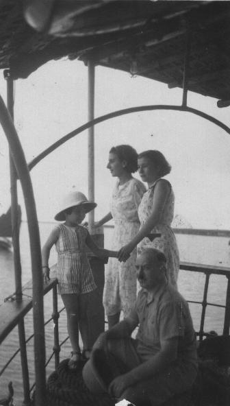 Visit of Halong Bay (Jacques Oulès and his girls)